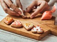 Приготвяне на рецепта Домашни меденки / сладки украсени с фондан